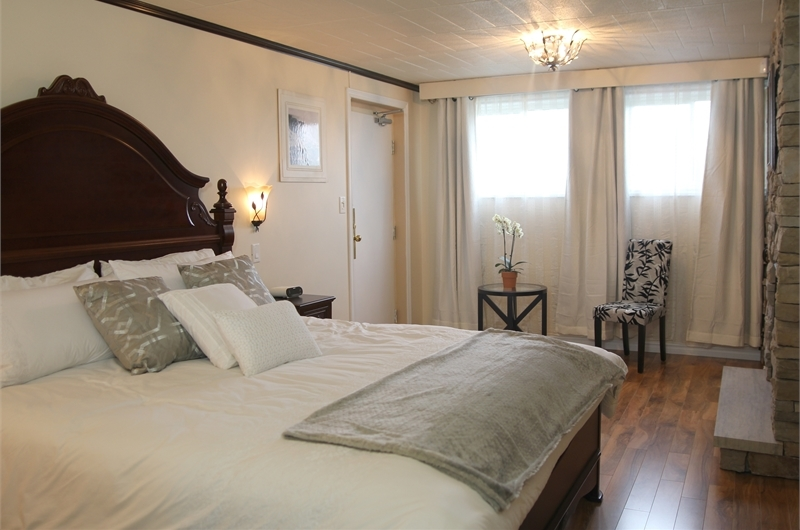 Niagara Grandview Manor classic room with luxury bed