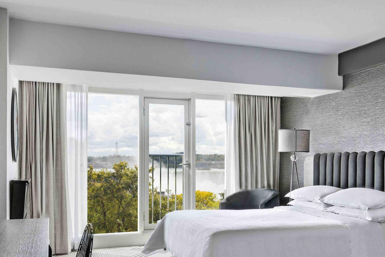 MFI-Sheraton on the Falls Hotel-queen-guestroom-luxury hotels in NIagara Falls